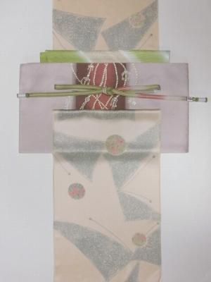 クリーム色に蝶柄小紋とローズ袋帯