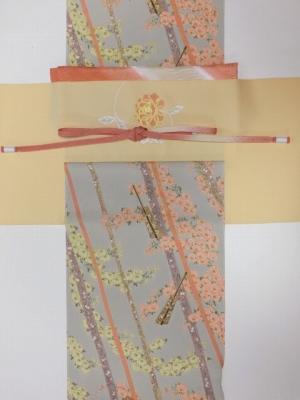 グレー地に斜め小花柄小紋とローズ袋帯